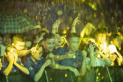 Thậm chí nhiều người còn đội mưa để dõi theo chương trình. Sự kiện do WePro và Trà thanh nhiệt Dr Thanh tổ chức.