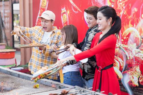 Huyền My hào hứng tham gia thử thách chơi hàng nóng mà vẫn tươi tại cả ba thành phố. Tại Đà Nẵng, lễ hội có hơn 100 gian hàng bán đồ ăn cay nóng, đặc sản.
