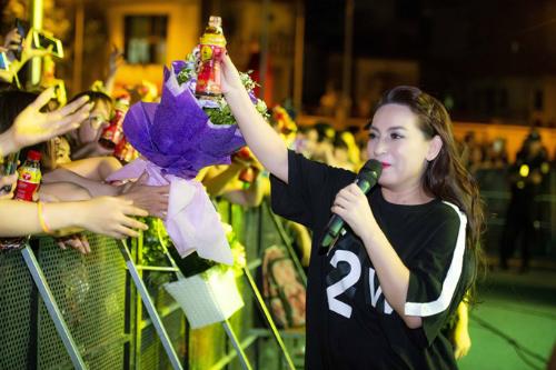 Hàng loạt ca sĩ tham dự lễ hội và khuấy động chương trình bằng các hit của mình như Only C, Lou Hoàng, Justa Tee, Phi Nhung (ảnh), Phương Ly, Orange, Lip B Band, Lộn xộn Band, DJ Tyty, diễn viên múa lửa Mỹ Kim&