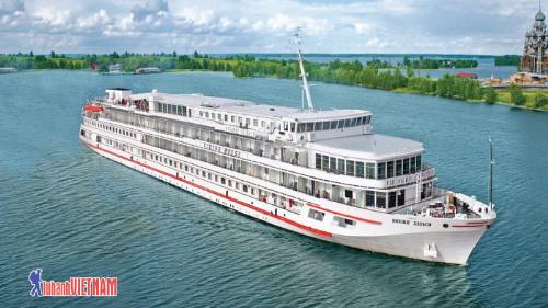 Du thuyền trên sông Neva.