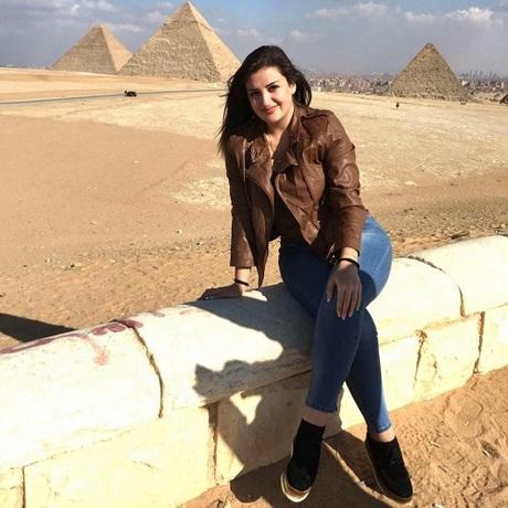Mona tham quan kim tự tháp cổ đại của Ai Cập. Ảnh:Mona el-Mazboh.