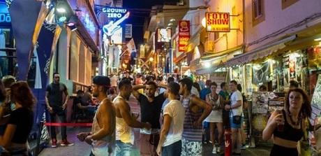 Đảo Ibiza là điểm ăn chơi thu hút đông đảokhách Anh. Ảnh:Skiddle.