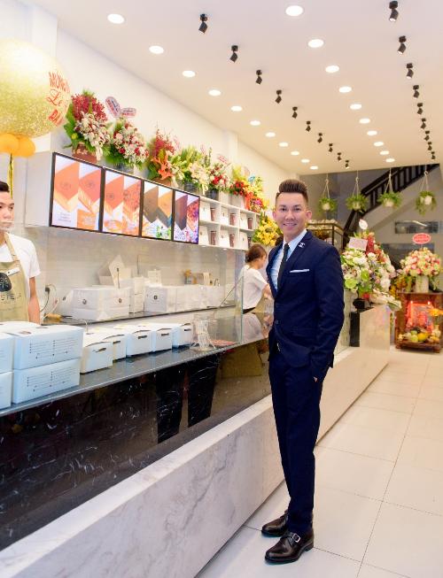 Ông Nguyễn Vũ Ngọc Bảo tới thăm một cửa hàng.