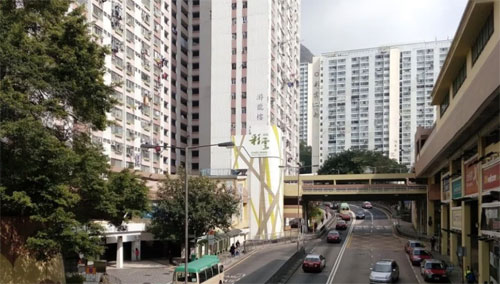 Hai du khách đại lục bị cảnh sát bắt trong căn hộ thuê ở khu vực CHoi Wan Estate. Ảnh: SCMP.