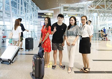 Nam du khách Hàn Quốc thích thú chụp ảnh lưu niệm tại sân bay. Ảnh: Nguyễn Đông.
