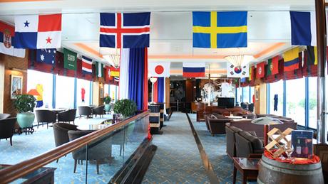 Để hòa cùng không khí của ngày hội bóng đá lớn nhất hành tinh, một số khách sạn ở Hà Nội đã trang trí sảnh, phòng ăn bằng cờ của các quốc gia tham dự vòng chung kết World Cup.