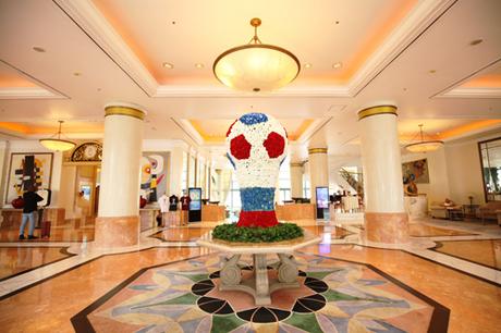 Tiểu cảnh ăn theo bóng đá mô phỏng hình dánh chiếc cup vô địch và trái bóng tròn được đặt trước sảnh của một khách sạn trên đường Kim Mã.