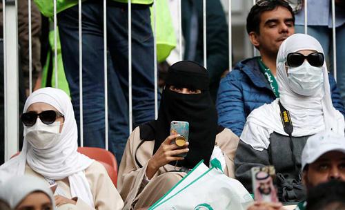 Các cổ động viên Arab Saudi được nhiều người khẳng định, họ là những du khách bí ẩn nhất World Cup, vì khó ai có thể nhìn thấy mặt họ. Ảnh: Reuters.