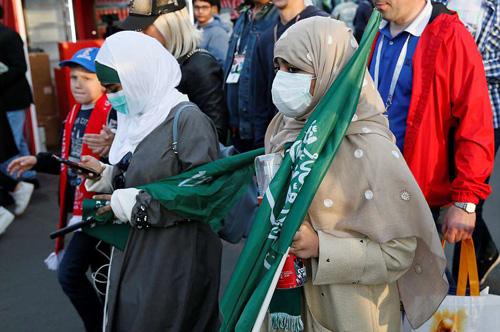 Dù bên trong mặc toàn hàng hiệu, thì phụ nữ Arab vẫn phải trùm áo khoác kín người. Ảnh: Reuters.
