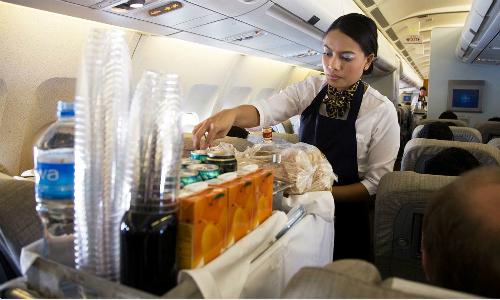 Nên uống nước đóng chai trên máy bay. Ảnh:gazeta-shqip.