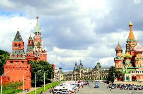 Quảng trường đỏ nằm ngay cạnh điện Kremlin. Ảnh: Onthegotours.