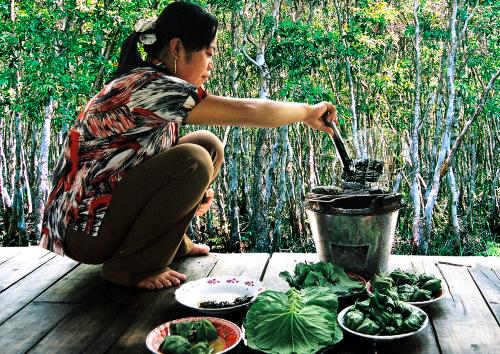Mắm ong cũng được gói trong lá mướp rồi đem nướng trên lửa than, tạo hương vị độc đáo. Ảnh: Phúc Hưng.