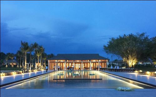 Khuôn viên chú trọng phát triển các mảng xanh tự nhiên, dung hòa các nét văn hóa địa phương để ứng dụng vào thiết kế cảnh quan cũng như kiến trúc, nội thất; mang lại trải nghiệm chân thực về vùng sông nước Mekong cho khách lưu trú.