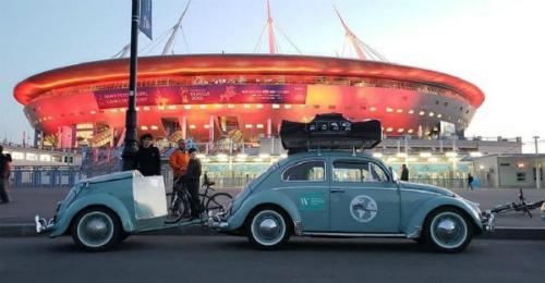 Chiếc Volkswagencổ của Nauro trước sân vận độngSaint Petersburg. Ảnh:Expedição Fuscamérica