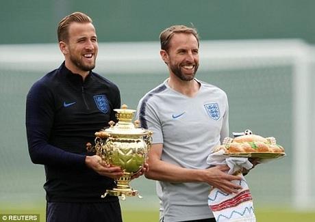 Tuyển Anh cũng được nước chủ nhà chào đón với bánh mì muối trên tay huấn luyện viên Gareth Southgate, trong khi đội trưởng Harry Kane đại diện nhận một bình trà dát vàng. Ảnh: Reuters.
