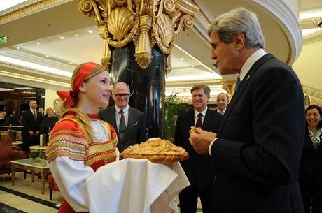 Cựu ngoại trưởng Mỹ John Kerry tận hưởng bánh mì chấm muối khi đến Nga vào năm 2013. Ảnh:Flickr.