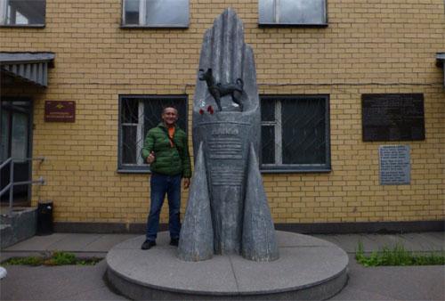 Nhiều du khách khi đến Nga đều ghé thăm tượng đài của Laika để chụp ảnh lưu niệm, bày tỏ sự yêu quý đối với con chó nổi tiếng này. Ảnh: TripAdvisor.