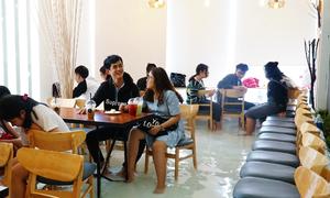 Quán cà phê đầu tiên cho khách ngồi trong bể cá ở Sài Gòn