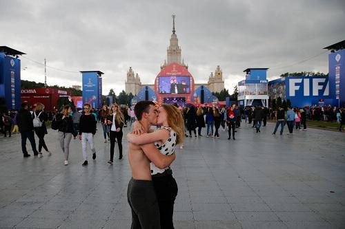 Một cặp đôi hôn nhau giữa fan zone. Ảnh: Maxim Zmeyev/AFP.