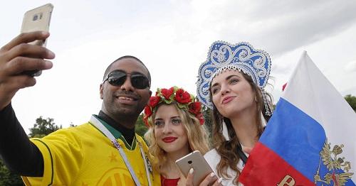 Cổ động viên Brazil chụp ảnh cùng phụ nữ Nga. Ảnh:CBS.