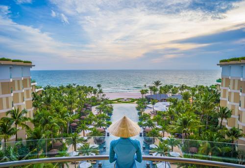 Cách sân bay quốc tế Phú Quốc 15 phút và thị trấn Dương Đông 20 phút lái xe, InterContinental Phu Quoc Long Beach Resort nằm ở phía nam Bãi Trường, một trong những bãi biển tuyệt đẹp của Việt Nam. Ở đây bờ biển nguyên sơ, cát trắng trải dài mịn màng và lý tưởng để ngắm hoàng hôn.Resort được thiết kế theo phong cách trang nhã và tinh tế, đáp ứng nhu cầu nghỉ dưỡng của cá nhân, các cặp đôi, gia đình cũng như khách tham gia hội họp hay đi du lịch. Nơi đây sở hữu 6 nhà hàng và quầy bar sát biển, 459 phòng tiêu chuẩn, suite và biệt thự cao cấp cùng những trang thiết bị hiện đại phục vụ cho hội nghị và sự kiện.