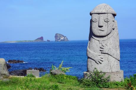 Hàn Quốc thu hút du khách bởi nhiều cảnh sắc thiên nhiên tuyệt đẹp. Đặc biệt vào mùa hè, nơi đây đã trở thành sự lựa chọn hàng đầu cho bất kỳ ai muốn khám phá những cảm xúc mới mẻ.Hai trong những điểm đến hấp dẫn nhất của xứ sở kim chi trong mùa hè nàychính là Thiên đường du lịch biển xanh  đảo Jeju và Thiên đường tình yêu  đảo Nami.