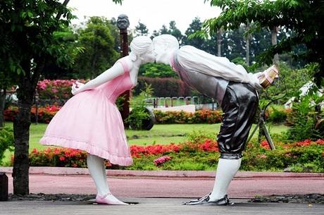 Bên cạnh việc chiêm ngưỡng ngọn núi Seongsan nổi tiếng, du khách sẽ được trải qua nhiều cung bậc cảm xúc với chủ đề tình yêu thú vị tại công viên Loveland.
