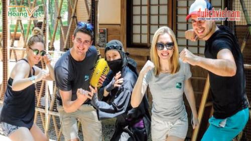 Du khách chụp hình cùng Ninja ở Oshino Ninja Village.