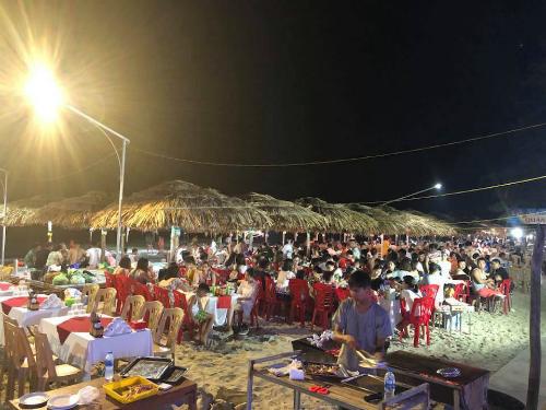 Các nhà hàng ở Cô Tô vẫn sáng đèn trong những ngày đảo mất điện lưới. Ảnh: Nguyễn Văn Cường.