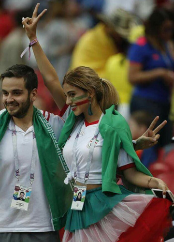 Nhiều người tỏ ra thích thú khi nhìn thấy gương mặt xinh đẹp cổ động viên Iran - một trong những quốc gia mà phụ nữ luôn phải đeo khăn che mặt. Ảnh: Twitter.