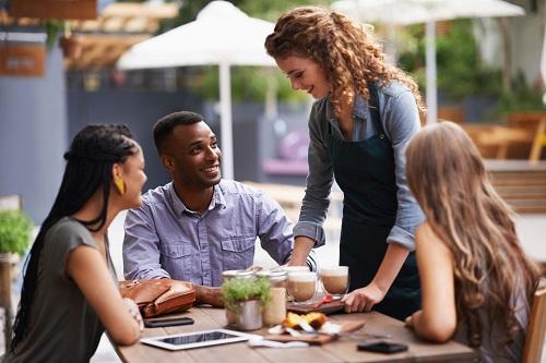 Nhóm tác giả viết: Nghiên cứu hiện tại cho thấy sự hiện diện của những người phục vụ hấp dẫn có thể ảnh hưởng đến kỳ vọng của thực khách về trải nghiệm tại nhà hàng của họ, sau đó tác động tới nhận thức về vị giác. Ảnh:Modern Man.