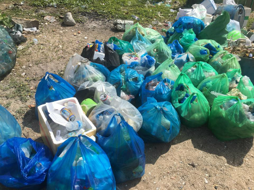Chị Trang cùng nhóm bạn mất gần một buổi sáng để dọn rác trên50 m bờ biển. Ảnh: Trần Thu Trang.