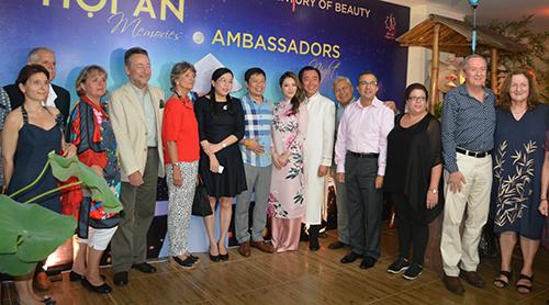 Đoàn đại sứ bắt đầu bước vào xem show diễn.