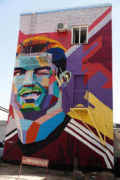 Messi có thể nhìn thấy bức tranh tường Ronaldo từ phòng của anh. Ảnh:Sun.