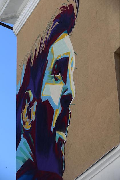 Tranh chân dung mới của Messi tại Kazan. Ảnh: Sun.