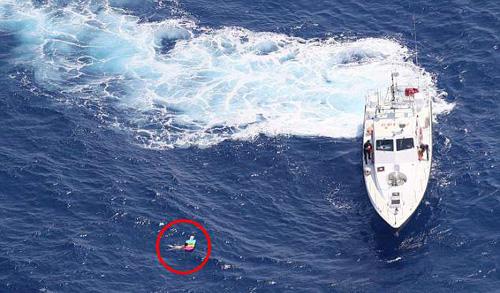 Khi nhìn thấy người phụ nữ vật lộn bám vào chiếc phao, các nhân viên cứu hộ đã ném dây cho bà để đưa lên bờ. Ảnh: Frontex.