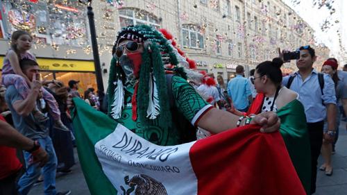 Trong 3 tuần trở lại, nước Nga ngập tràn các cổ động viên Mexico, những cổ động viên nổi bật qua hình ảnh đeo kính mát. Ảnh: Latimes.