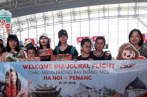 Những hành khách đầu tiên trên chuyến bay Hà Nội - Penang ngày 1/7.