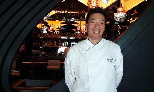 Đầu bếp Akira Back tại nhà hàng mới mở trên đường Đỗ Đức Dục, Hà Nội. Ảnh: Hương Chi.