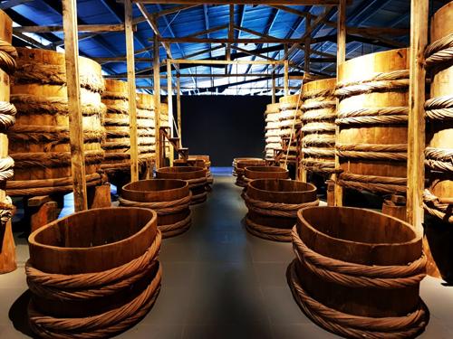 Làng Chài Xưa được thiết kế với phong cách đương đại, dạng phim trường tương tác nhập vai. Diện tích gần 2,000m2 được chia thành 14 không gian đánh sáng chủ động tái hiện 300 năm làng chài Phan Thiết xưa từ thời Chăm Pa, thời vua Nguyễn, thời Pháp và những thập niên 40, 50, 60.