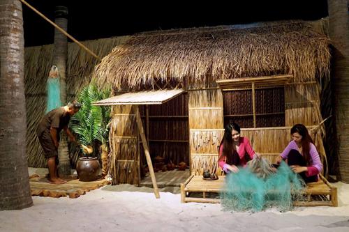 Du khách rất hào hứng nhập vai làm dân chài lưới cá, làm muối, thăm phố cổ Phan Thiết, ghé nhà hàm hộ đại gia nước mắm xưa, khám phá cách người dân làng chài phát hiện ra mắm nước từ việc ướp giữ cá, tên gọi nước mắm ngày xưa, lý do vì sao có tên gọi nước mắm như ngày nay, tìm hiểu nghề làm nước mắm và ông quan Bát phẩm Trần Gia Hòa, ông tổ nghề nước mắm tĩn gốm xưa của Phan Thiết.