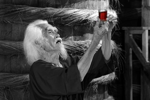 Phân biệt mắm truyền thốngTại Làng Chài Xưa, có một điều đặc biệt nhất mà ai ai đến Phan Thiết cũng mong muốn được một lần trong đời nếm thử vị nước mắm rin ngày xưa, loại nước mắm nguyên chất ngon vô đối kéo rút trực tiếp từ thùng lều gỗ ủ chượp kiểu chín chậm. Đây là loại nước mắm được người dân làng chài xưa Phan Thiết gọi là nước mắm Tĩn, do ông tổ nghề Trần Gia Hòa đưa vào tĩn gốm dán nhãn vuông chở bằng ghe bầu bán khắp nơi từ lục tỉnh Nam kỳ đến miền Trung, miền Bắc và có thị phần lớn nhất Việt Nam. Vì công trạng này, ông đã được vua Nguyễn ban tước quan hàm Bát phẩm.Ngoài ra, du khách còn được học cách cẩn nước mắm, một cách xác định nước mắm ngon của người xưa dựa vào màu, mùi, vị dưới ánh sáng. Thú vị hơn nữa là học cách phân biệt lựa chọn nước mắm ngon theo cách dùng hạt cơm của người dân Phan Thiết.