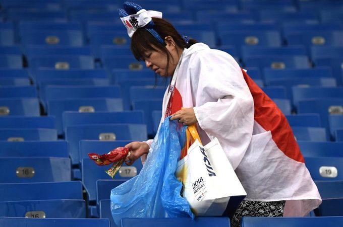 Du khách Nhật Bản dọn rác ở sân vận động trong nước mắt