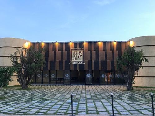 Giá vé vào tham quan bảo tàng là 100.000 đồng với người lớn, trẻ em dưới 1 m miễn phí. Bảo tàng nằm ở số 360 Nguyễn Thông, Phú Hài, Phan Thiết - Mũi Né, mở cửa từ 9h sáng đến 18h hàng ngày. Hotline: 090 1111 666.