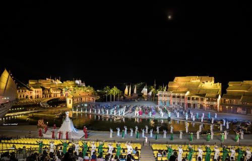 Show thực cảnh giữa sông Hoài được công nhận là chương trình có sân khấu ngoài trời lớn nhất Việt Nam với lượng diễn viên tham gia đông đảo nhất.