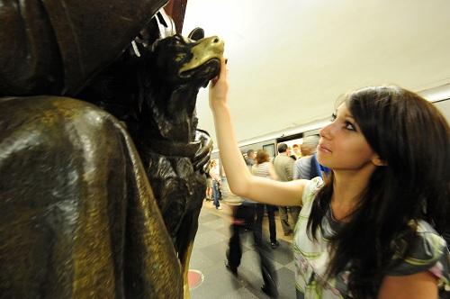 Nhiều người cũng tò mò về nhà ga Ploshchad Revolyutsii, nơi có bức tượng đồng về người lính biên phòng và chú chó chăn cừu. Theo những lời truyền miệng, nếu ai đó chạm tay vào mũi chú chó, họ sẽ gặp may mắn. Ảnh:SputnikNews.