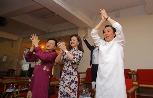 Ông Phạm Sanh Châu (áo trắng)và các khách mờiđánh giá cao nỗ lực của hơn 500 diễn viên tham gia đêm diễn.