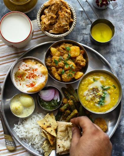 Các món ăn Ấn Độ hiếm khi có thịt lợn hay bò và đôi khi phải dùng tay để ăn. Ảnh: pinterest.
