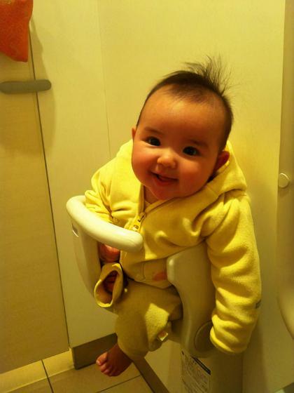 Mọi nhà vệ sinh công cộng tại Nhật Bảnđều có ghế dành riêng cho các em nhỏ được gắn vào tường trong mỗi buồng. Ảnh: Adaliarose.