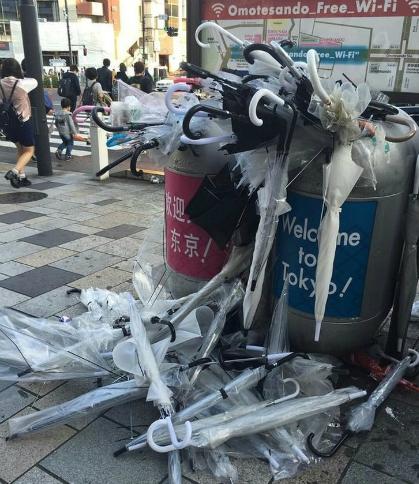 Do điều kiện thời tiết thất thường, ôdùng một lần với giá thành rẻ đã trở nên rất phổ biến ở Nhật Bản. Bạn có thể dễ dàng bắt gặp những thùng rác chất đầy ô đã dùnggần các bến xe hoặc ga tầu điện ngầm. Ảnh: Bright Side.